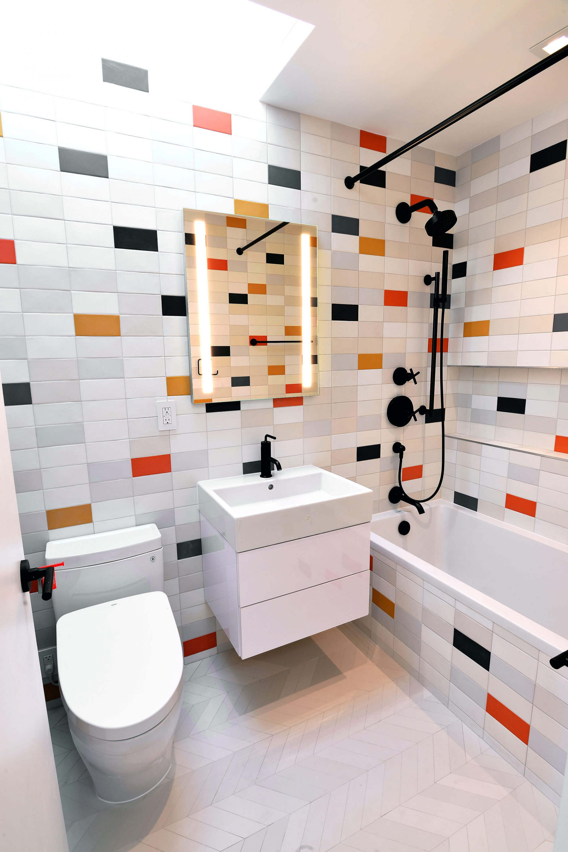 As you can see, this bathroom contains all the necessary pieces of furniture and sanitary ware that do not make the room cramped, but at the same time add some functionality to it. The idea of this interior design is to visually expand the space and at the same time make the room welcoming, cozy, and beautiful. This task is achieved by the correct selection of colors and high-quality lighting. You can enhance the interior design of your own bathroom by taking the interior shown in this photo as a good example. We are always happy to help you get a bathroom that fully suits your tastes, desires and needs.